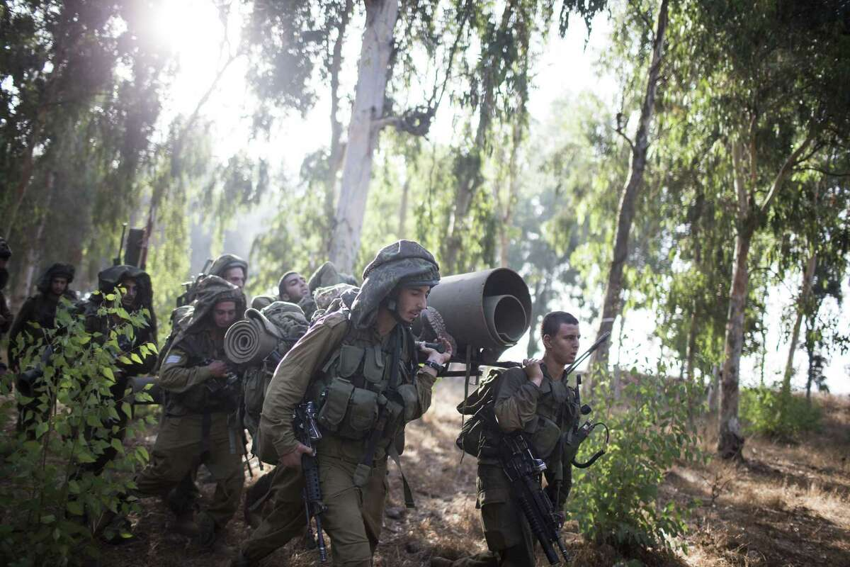 GOLAN HEIGHTS, ISRAEL - SEPTEMBER 01: Israeli soldiers during a military exercise on September 1, 2013 near the border with Syria, in the Israeli-annexed Golan Heights. Tension's are rising in Israel amid international talks of a military intervention In Syria. (Photo by Ilia Yefimovich/Getty Images) *** BESTPIX *** ORG XMIT: 178344115