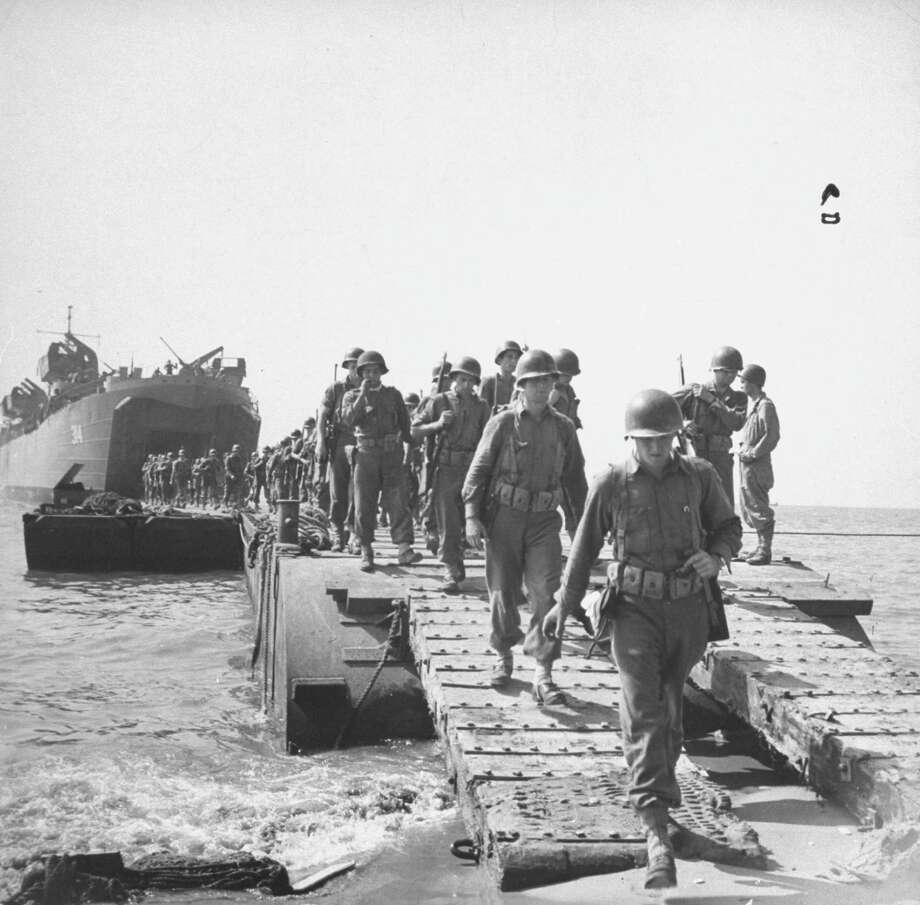 American troops crossing pontoon bridge to come ashore from landing craft during the invasion of Salerno, Italy. Photo: George Rodger, Getty Images / Time Life Pictures