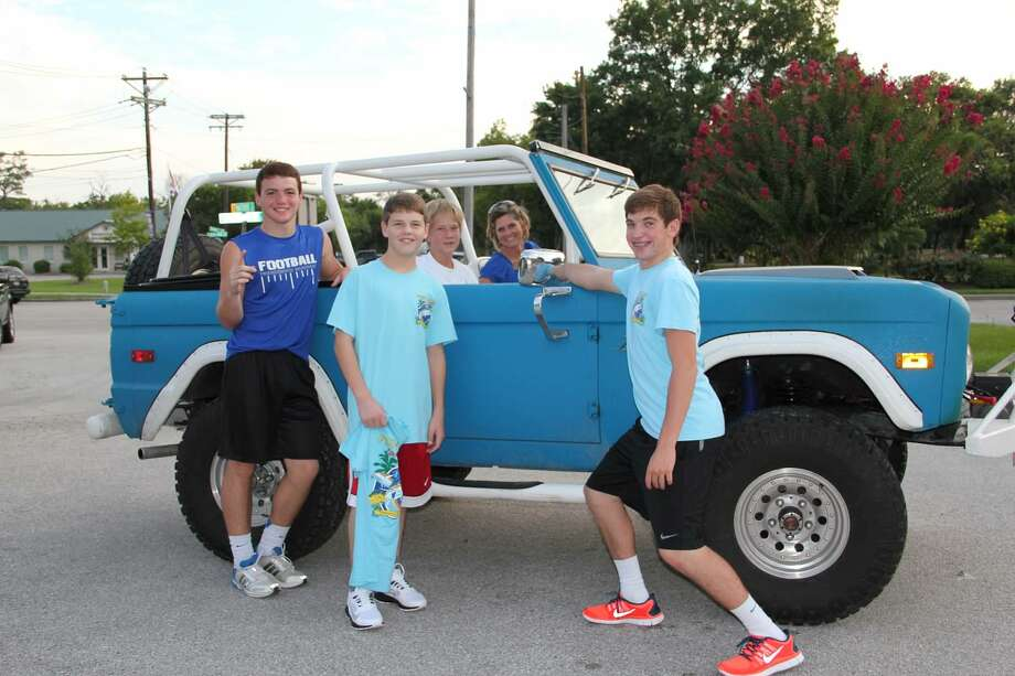 Friendswood High School freshmen host a drive-through T-shirt sale fundraiser Aug. 19. Photo: Provided By Friendswood High School