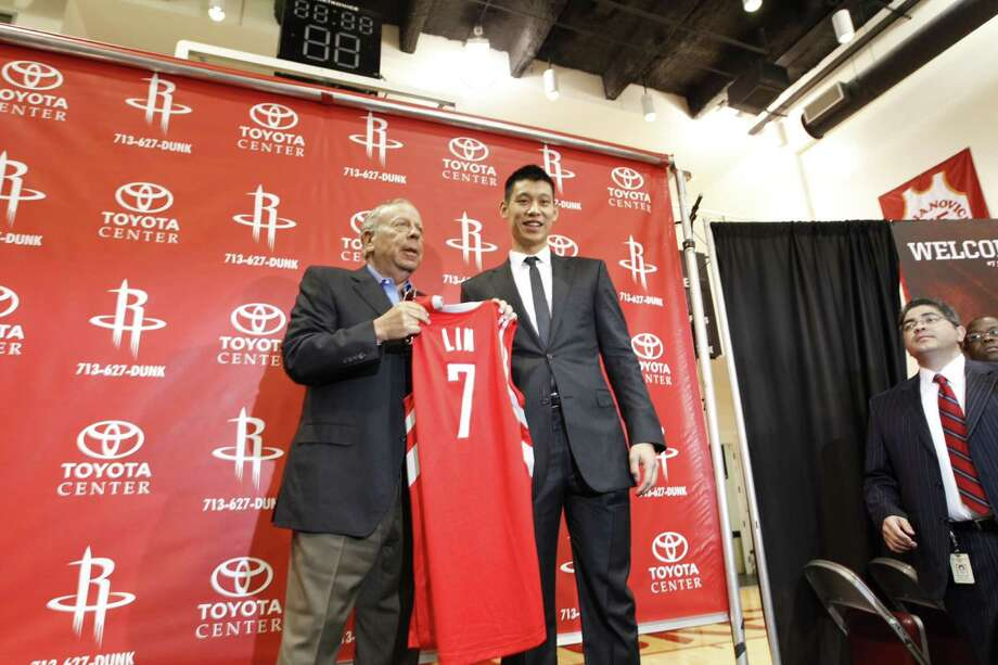 Rockets owner Les Alexander, left, and Jeremy Lin hold up Lin's jersey while posing for a photo. Photo: Michael Paulsen, Chronicle / Houston Chronicle