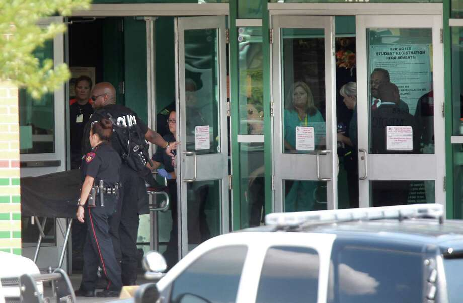 The Medical Examiner removes the remains of fatally stabbed student from the scene at Spring High School on Wednesday, Sept. 4, 2013, in Spring. Photo: Mayra Beltran, Houston Chronicle / © 2013 Houston Chronicle