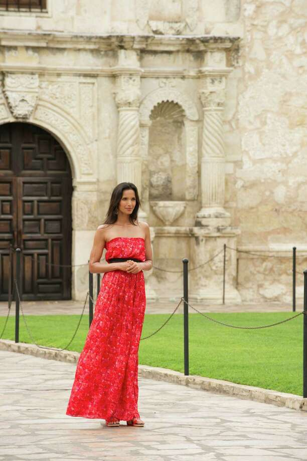 """Top Chef"" host Padma Lakshmi poses in front of the Alamo on June 28, 2011, for a Season 9 episode of the show. Photo: Virginia Sherwood, NBCU Photo Bank Via Getty Images / © NBCUniversal, Inc."