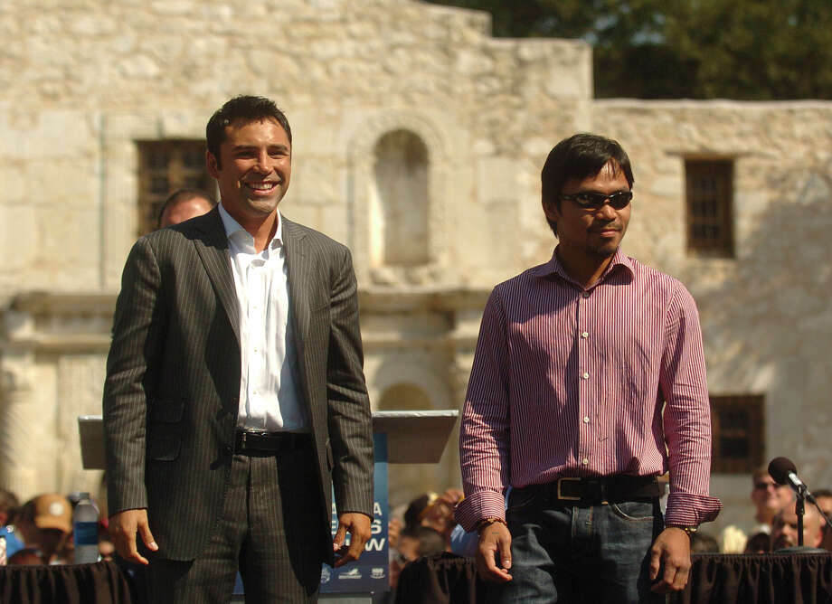 Oscar De la Hoya (left) and Manny Pacquiao stand before the Alamo during a traveling press conference on Oct. 3, 2008, to promote their fight in Las Vegas slated for December. Photo: BILLY CALZADA, San Antonio Express-News / gcalzada@express-news.net