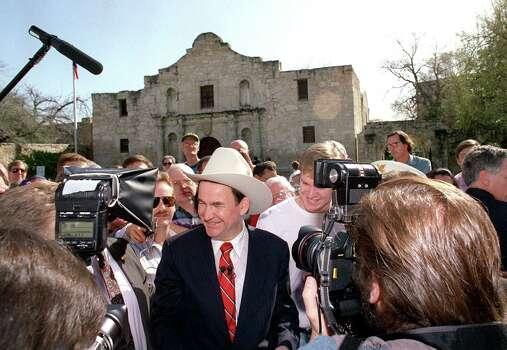 Presidential hopeful Pat Buchanan speaks at the Alamo in 1992. Photo: DOUG SEHRES, San Antonio Express-News File Photo / SAN ANTONIO EXPRESS-NEWS