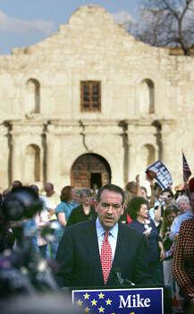 Republican presidential hopeful Mike Huckabee speaks to the crowd in front of the Alamo on Feb. 21, 2008. Photo: Bob Owen, San Antonio Express-News / SAN ANTONIO EXPRESS-NEWS