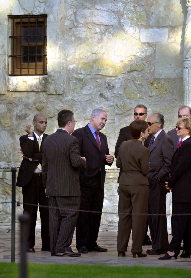 Benjamin Netanyahu (center), former Prime Minister of Israel, stops in front of the Alamo on Nov. 4, 2001, during an unscheduled visit to the Texas shrine. Photo: KEVIN GEIL, San Antonio Express-News / SAN ANTONIO EXPRESS-NEWS