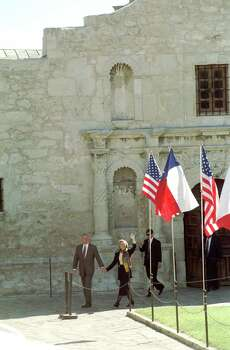 Bill and Hillary Clinton walk out of the Alamo on Nov. 2, 1996 during his presidential campaign stop in San Antonio. Photo: Morris Goen, San Antonio Express-News File Photo / San Antonio Express-News