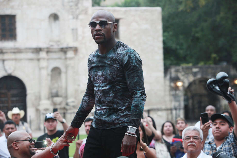 Floyd Mayweather shakes hands in front of the Alamo on July 1, 2013. Photo: Abbey Oldham, San Antonio Express-News / San Antonio Express-News