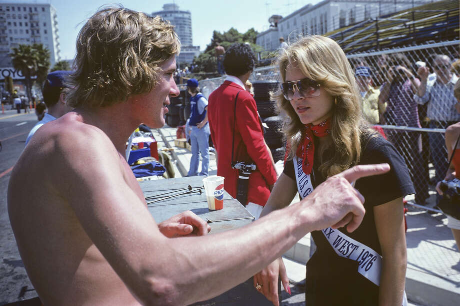 James Hunt and the Race Queen at the first United States Grand Prix West held on March 28, 1976 in Long Beach, California. Photo: Alvis Upitis, Getty Images / 1976 Alvis Upitis