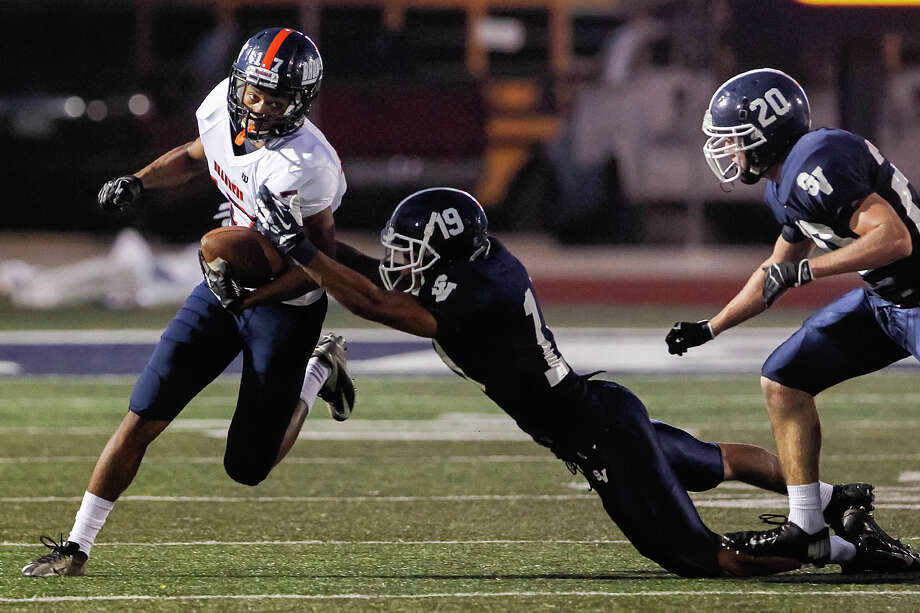 Brandeis's Peyton Hall (left) tries to elude Smithson Valley's Donovahn Jones (center) and Brad Ingle during the second quarter of their game at Ranger Stadium on Friday, Aug. 30, 2013. Smithson Valley won the game 31-12.   MARVIN PFEIFFER/ mpfeiffer@express-news.net Photo: MARVIN PFEIFFER, San Antonio Express-News / Express-News 2013