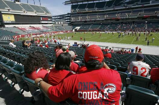 UH fans wait in the stands before the Cougars play Temple. Photo: Johnny Hanson, Houston Chronicle
