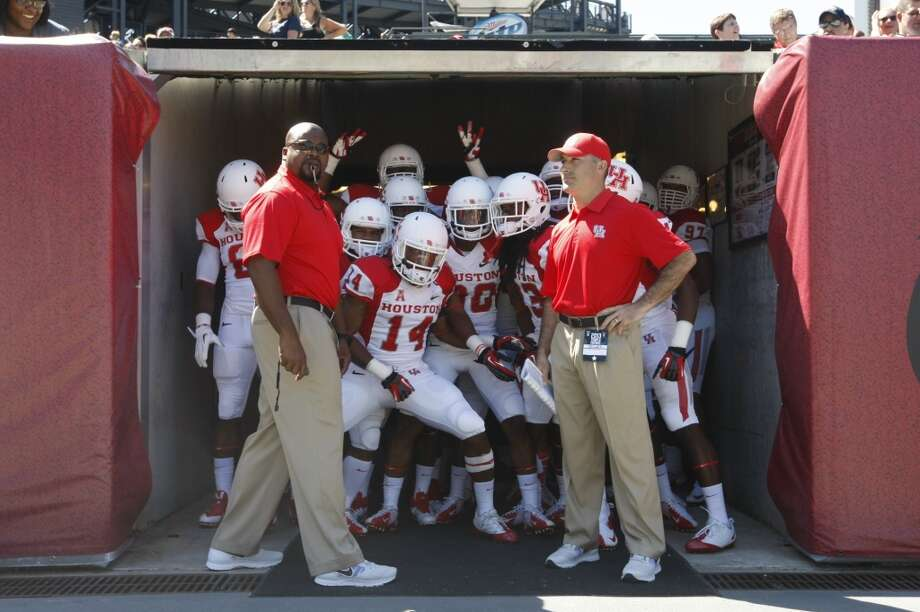 UH head coach Tony Levine and the Cougars get ready to storm the field. Photo: Johnny Hanson, Houston Chronicle