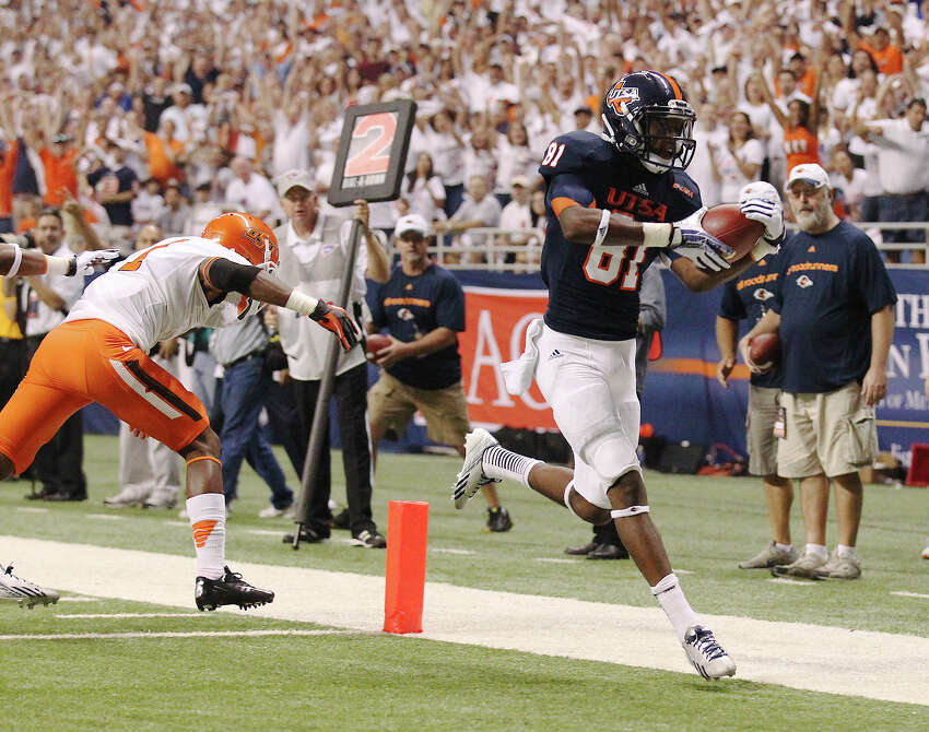 UTSA's Kenny Bias (81) scores a touchdown against Oklahoma State's Kevin Peterson (01) in the first half at the Alamodome on Saturday, Sept. 7, 2013.