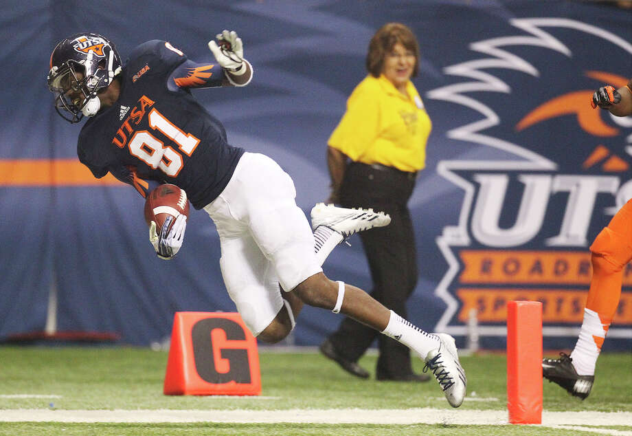 UTSA's Kenny Bias (81) gets pushed into the end zone for a touchdown against Oklahoma State in the second half at the Alamodome on Saturday, Sept. 7, 2013. OSU defeated UTSA, 56-35. Photo: Kin Man Hui, San Antonio Express-News / ©2013 San Antonio Express-News