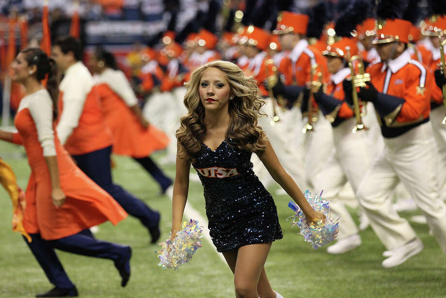 UTSA dancers and band members run to take their positions to bring in the football team before the game against Oklahoma State in the first half at the Alamodome on Saturday, Sept. 7, 2013. Photo: Kin Man Hui, San Antonio Express-News / ©2013 San Antonio Express-News