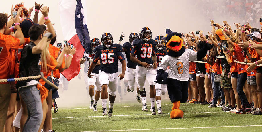 The UTSA football takes the field before the game against Oklahoma State at the Alamodome on Saturday, Sept. 7, 2013. Photo: Kin Man Hui, San Antonio Express-News / ©2013 San Antonio Express-News