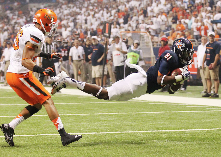 UTSA's Kenny Bias (81) makes a diving catch to score his second touchdown against Oklahoma State's Tyler Patman (26) in the second half at the Alamodome on Saturday, Sept. 7, 2013. OSU defeated UTSA, 56-35. Photo: Kin Man Hui, San Antonio Express-News / ©2013 San Antonio Express-News