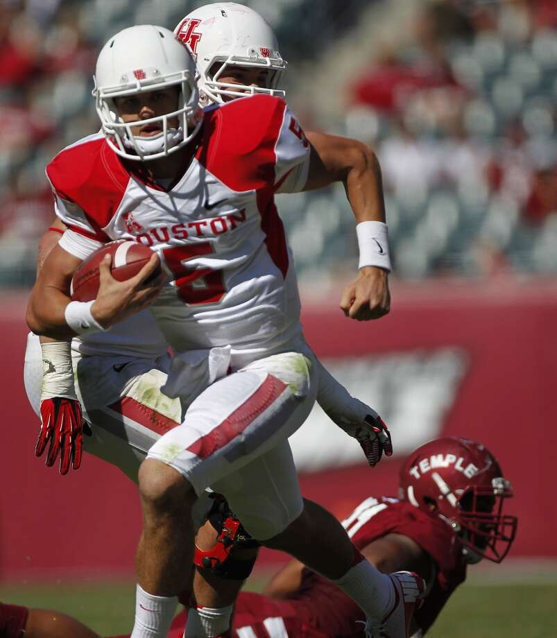 UH quarterback John O'Korn scrambles against Temple. Photo: Johnny Hanson, Houston Chronicle