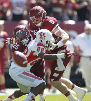 UH receiver Xavier Maxwell is unable to make a catch against Temple. Photo: Johnny Hanson, Houston Chronicle