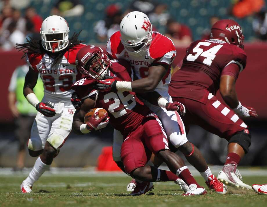 UH linebacker Derrick Mathews makes a tackle. Photo: Johnny Hanson, Houston Chronicle