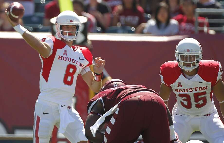 UH quarterback David Piland attempts a pass against Temple. Photo: Johnny Hanson, Houston Chronicle