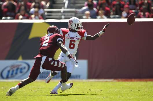 UH receiver Larry McDuffey can't make a catch against Temple. Photo: Johnny Hanson, Houston Chronicle