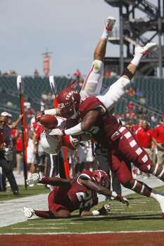 UH running back Kenneth Farrow tries to dive in the end zone against Temple. Photo: Johnny Hanson, Houston Chronicle