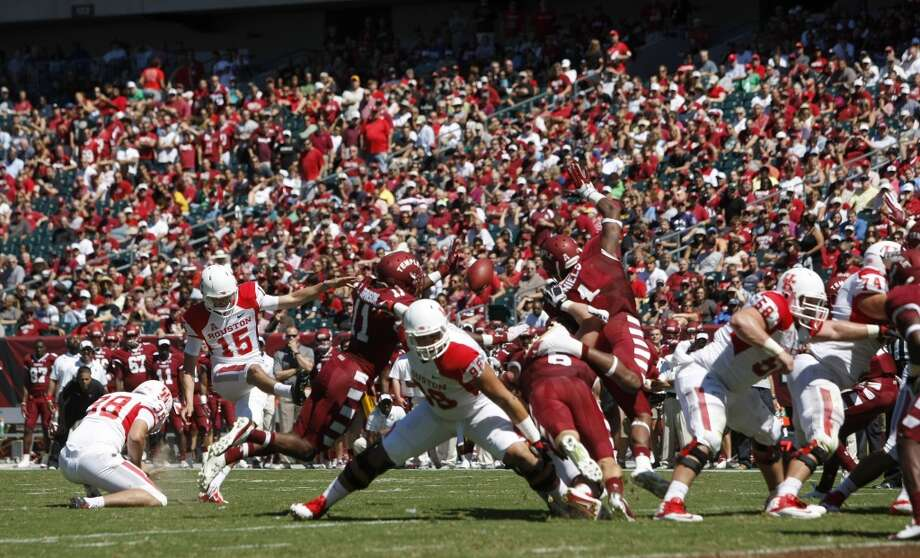 UH kicker Richie Leone attempts a field goal against Temple. Photo: Johnny Hanson, Houston Chronicle