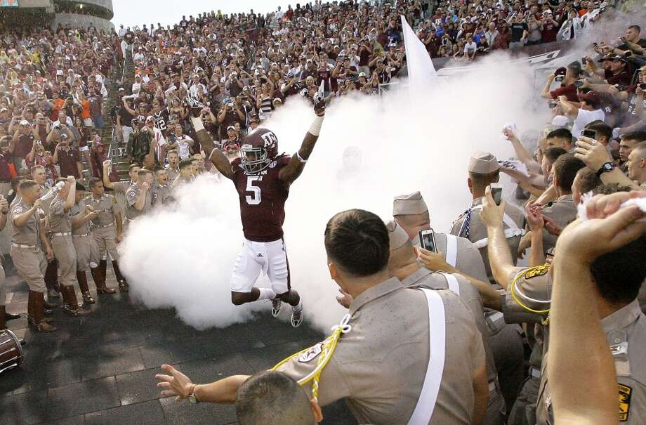 Texas A&M Aggies running back Brandon Williams runs from the tunnel as he takes the field. Photo: Cody Duty, Houston Chronicle