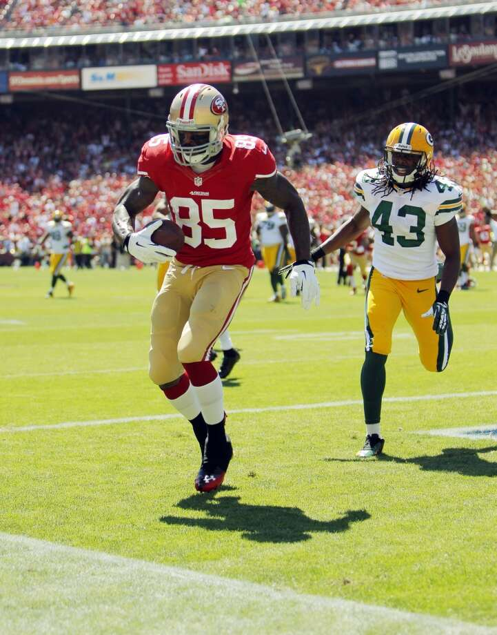 Vernon Davis scores the 49ers first touchdown on a pass from Colin Kaepernick in the first quarter. The San Francisco 49ers played the Green Bay Packers at Candelstick Park in San Francisco, Calif, on Sunday, September 8, 2013. Photo: Carlos Avila Gonzalez, The Chronicle
