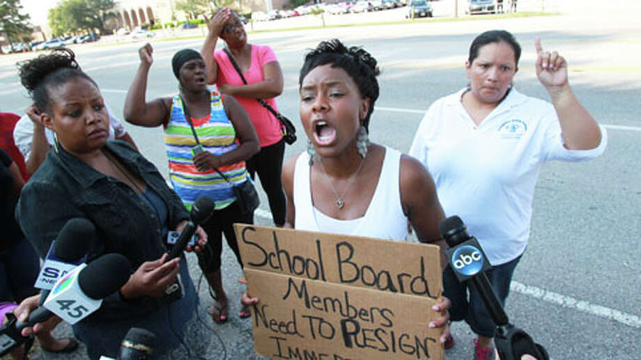 Parents protest Thursday morning outside Spring High School. Photo: Mayra Beltran, Houston Chronicle / Houston Chronicle