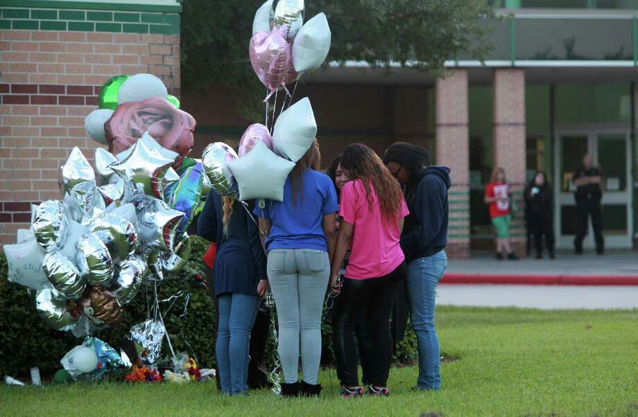 Students on Monday pray by the memorial outside Spring High School. Photo: Mayra Beltran, Staff / © 2013 Houston Chronicle