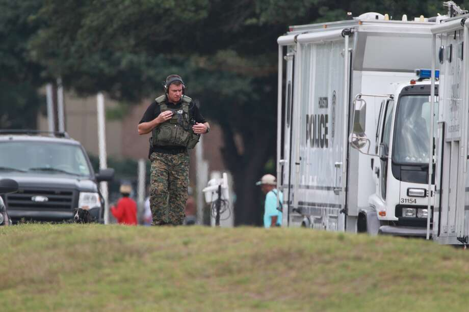 A SWAT scene ended peacefully after man with a handgun held police at bay for about 3 hours Tuesday morning at an apartment complex in northwest Houston. Photo: Mayra Beltran, Houston Chronicle