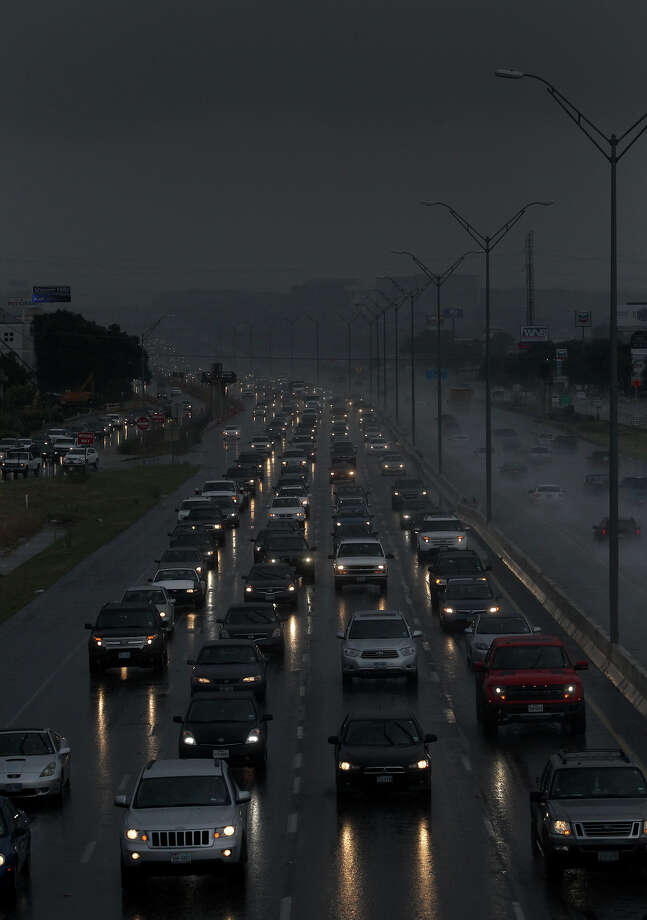 Heavy traffic creeps along U.S. 281 at Nakoma during brief shower that swept through the area during morning rush hour. The forecast calls for a chance of thunderstorms with partly cloudy skies with current temperatures in the 80s. Photo: JOHN DAVENPORT, SAN ANTONIO EXPRESS-NEWS / SAN ANTONIO EXPRESS-NEWS
