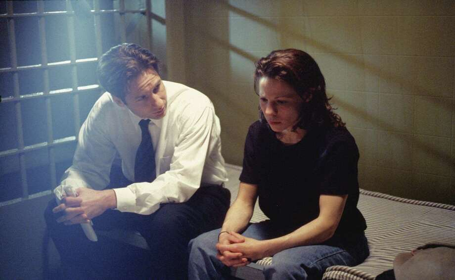39835 THE X-FILES:  Agents Mulder (David Duchovny, L) and Scully (Gillian Anderson, not pictured) investigate a murder that seems to have been committed by a blind woman (Lili Taylor, R) on the THE X-FILES episode 'Mind's Eye,' Sunday, April 19 (9:00-10:00 PM ET/PT) on FOX.  1998 FOX BROADCASTING COMPANY CR: DAVID GRAY Photo: DAVID GRAY, FOX / FOX BROADCASTING COMPANY