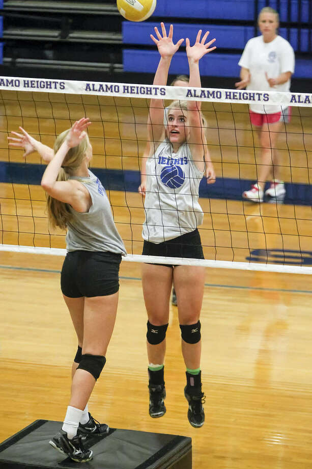 Alamo Heights' junior middle blocker McKay Kyle (center) works on blocking drills as coach Courtney Patton looks on during a practice session Sept. 5 on campus. Photo: Marvin Pfeiffer / North Central News
