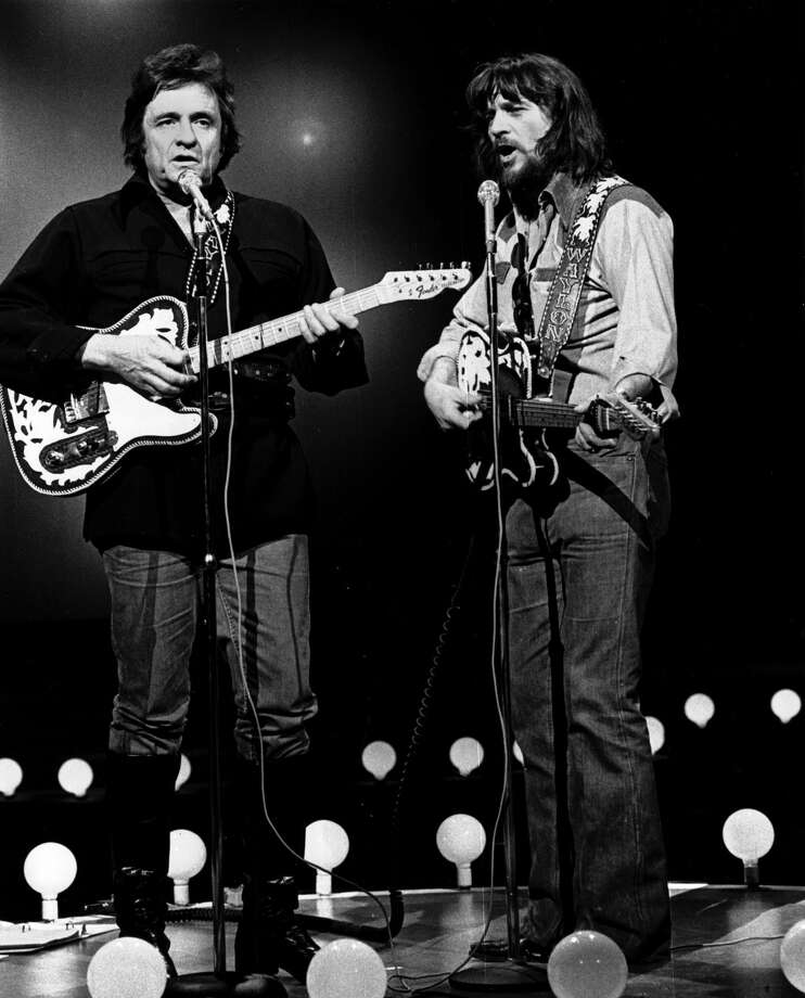 Waylon Jennings, right, joins Johnny Cash for a duet in April 1978. Photo: AP / CBS