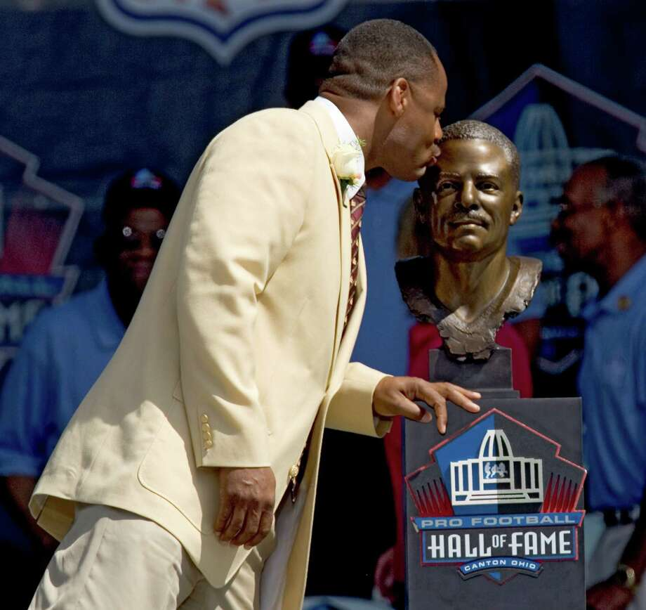 Former Houston Oilers quarterback Warren Moon kisses his Hall of Fame bust after it was unveiled during the Class of 2006 Hall of Fame induction ceremony Saturday, Aug. 5, 2006, in Canton, Ohio.  (Photo by Brett Coomer / Houston Chronicle)  Photo: BRETT COOMER, HOUSTON CHRONICLE / Houston Chronicle
