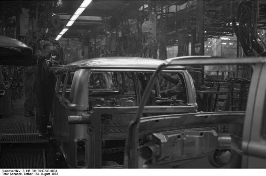 Assembly line workers building Volkswagen Type 2 vans at VW Autowerks in Hannover on Aug 23, 1973. Photo: Lothar Schaak, Wikimedia Commons
