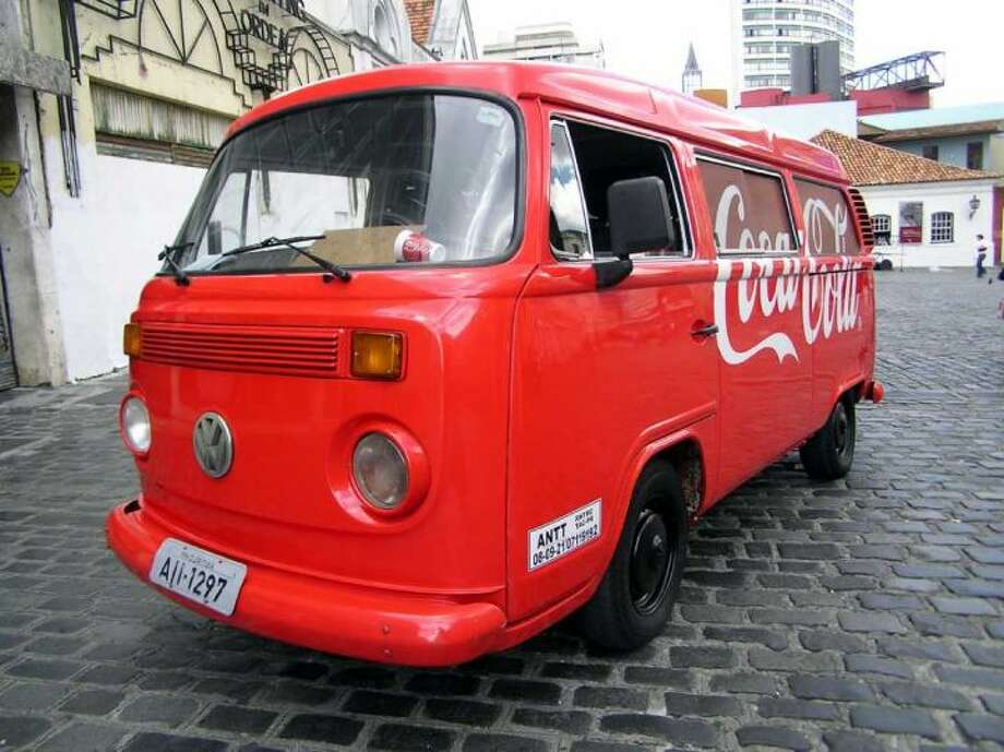 A VW painted with Coca-Cola colors in Curitiba, Brazil, on March 18, 2006. Photo: Morio, Wikimedia Commons