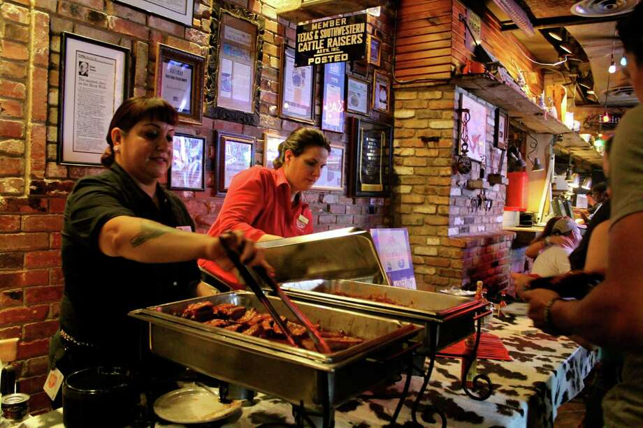 Foodies headed to the River Walk to sample the many cuisines available along San Antonio's crown jewel on Sept. 11, 2013. Photo: Yvonne Zamora / MySA.com