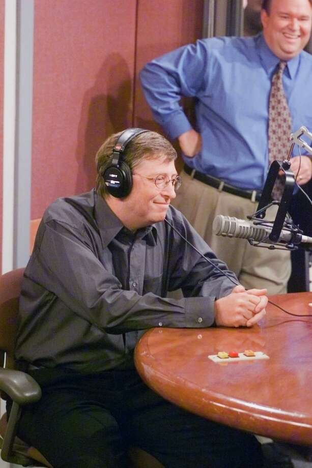 Tom McGowan, Kenny Daly (42 episodes, 1998-2004), pictured with Bill Gates. Photo: NBC, - / © NBC Universal, Inc.