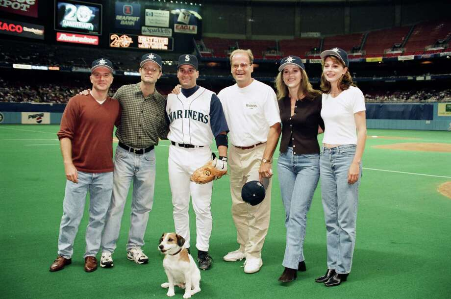 Dan Butler, David Hyde Pierce, Third Baseman Edgar Martinez, Kelsey Grammer, Peri Gilpin, Jane Leeves, Moose as Eddie (front) Photo: Alice S. Hall, - / © NBC Universal, Inc.