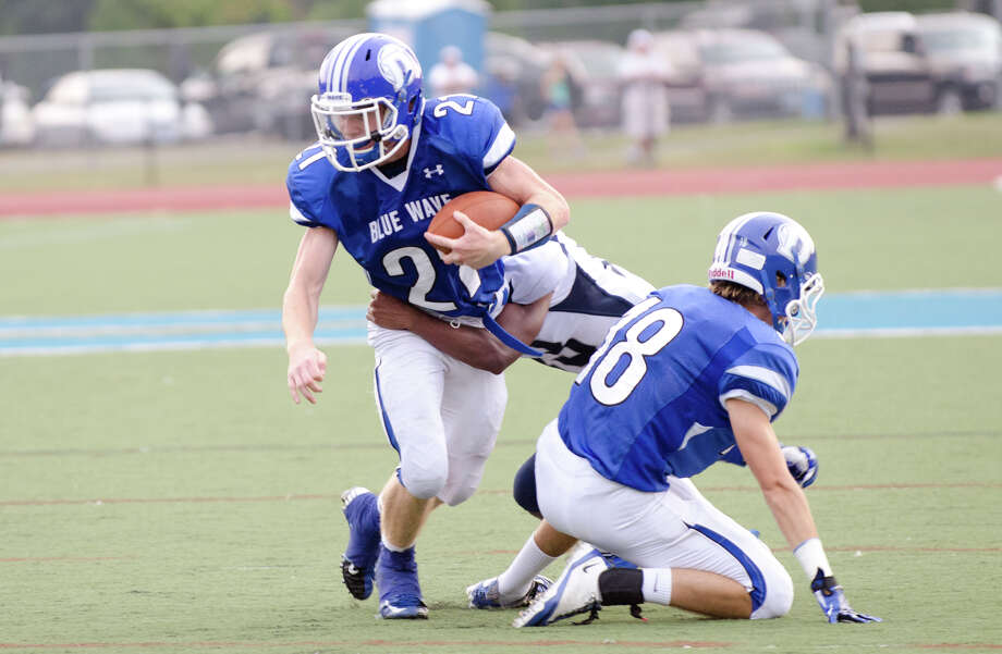 Darien's Nicholas Lombardo (21) carries the ball during the football game against Hillhouse High School at Darien High School in Darien, Conn. on Thursday, Sept. 12, 2013. Photo: Amy Mortensen / Connecticut Post Freelance