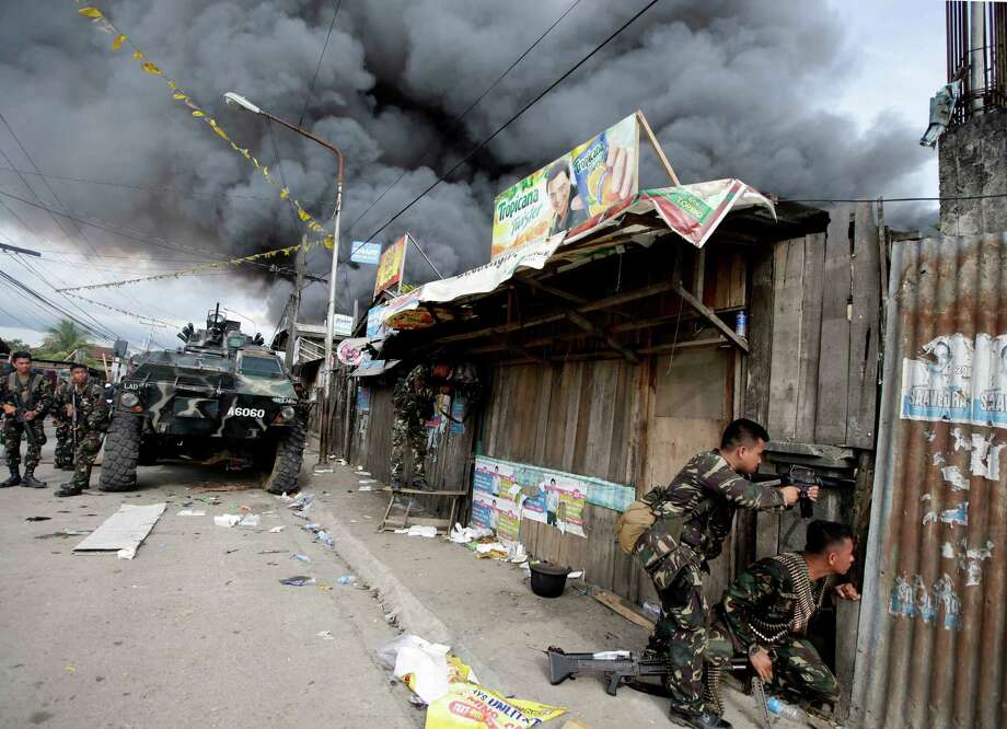 Government troopers continue their assault on Muslim rebels Thursday, Sept. 12, 2013, in Zamboanga city in the southern Philippines. Philippine troops battled Muslim rebels on two fronts Thursday, after about 100 extremists attacked a second city near the southern port where guerrillas have been holding scores of residents hostage in a four-day standoff with government forces. Photo: AP