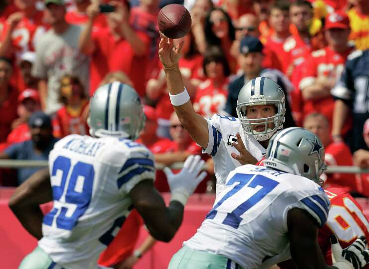 Dallas Cowboys quarterback Tony Romo (9) passes to running back DeMarco Murray (29) during the first