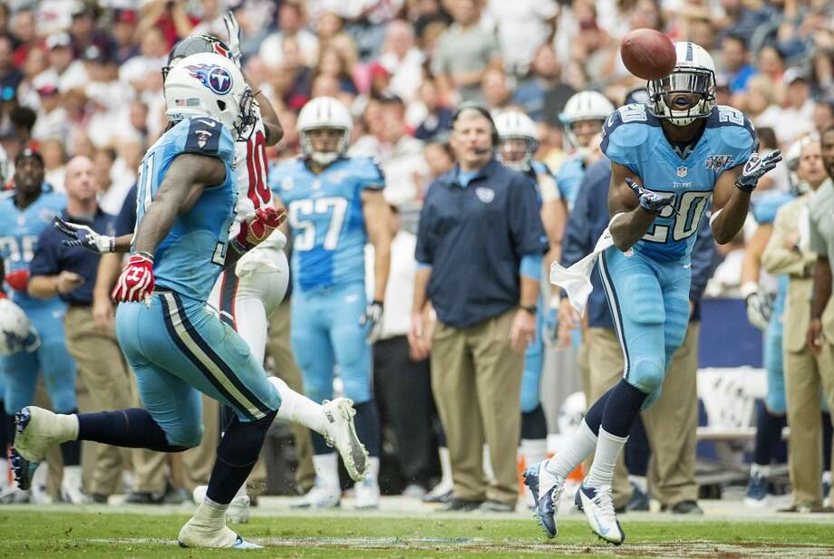 Titans cornerback Alterraun Verner intercepts a pass intended for Texans wide receiver DeAndre Hopkins and returns it 23-yards for a touchdown. Photo: Smiley N. Pool, Houston Chronicle
