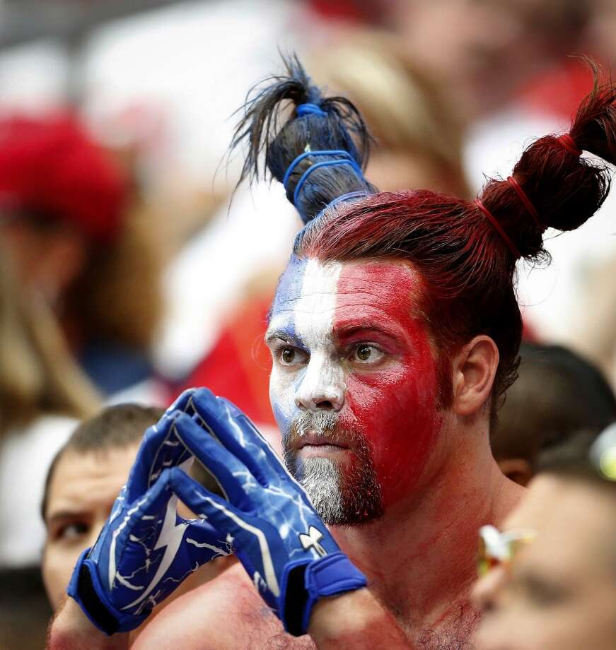 A Texans watches during the fourth quarter. Photo: Karen Warren, Houston Chronicle