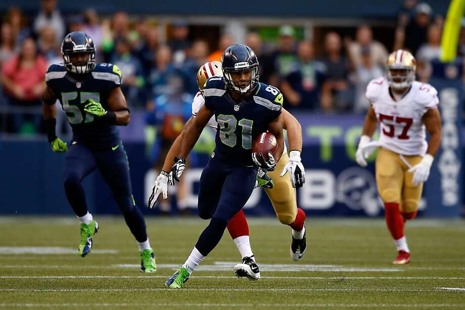Kellen Davis of the Seattle Seahawks runs the ball against the San Francisco 49ers during their game at Qwest Field on September 15, 2013 in Seattle, Washington. Photo: Otto Greule Jr, Getty Images