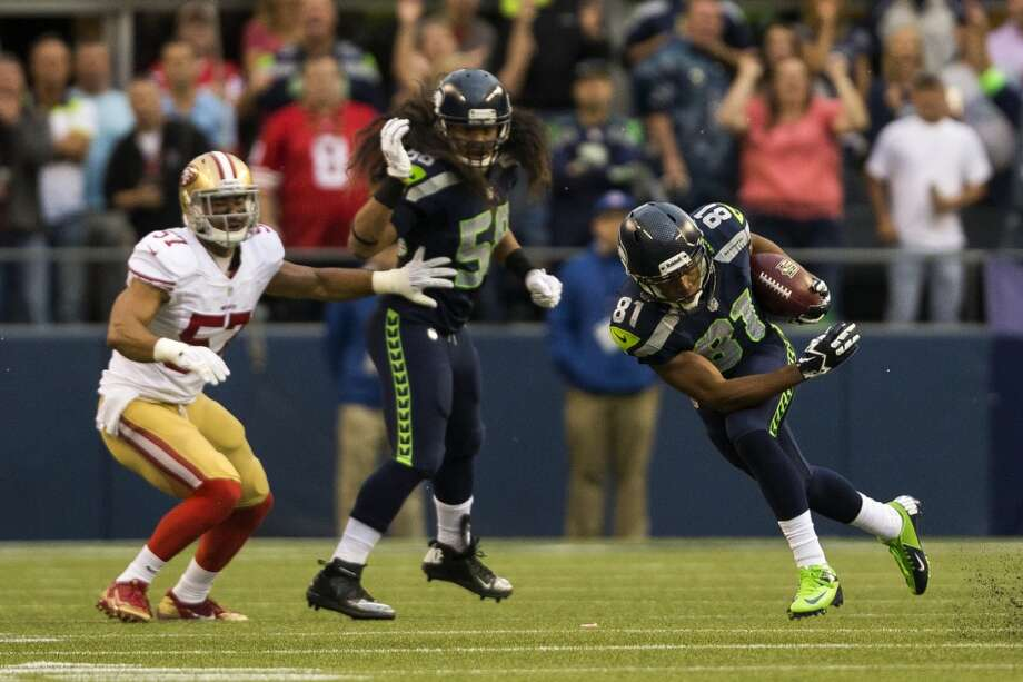 Golden Tate, right, makes a 21-yard run early in the first quarter. Photo: JORDAN STEAD, SEATTLEPI.COM